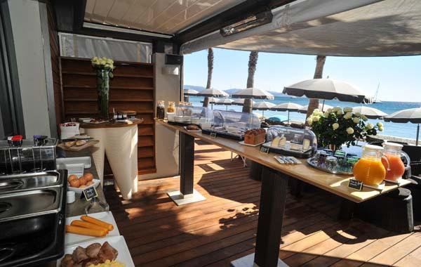 Suite vue mer deux pas du port d 39 hy res dans le var for Terrasse de restaurant couverte